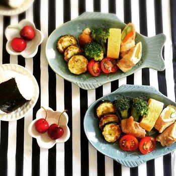 お魚の器で楽しい朝ごはん♫まるでうろこのようなカラフルなおかずたちがお皿に並び、食欲もますます進みます。