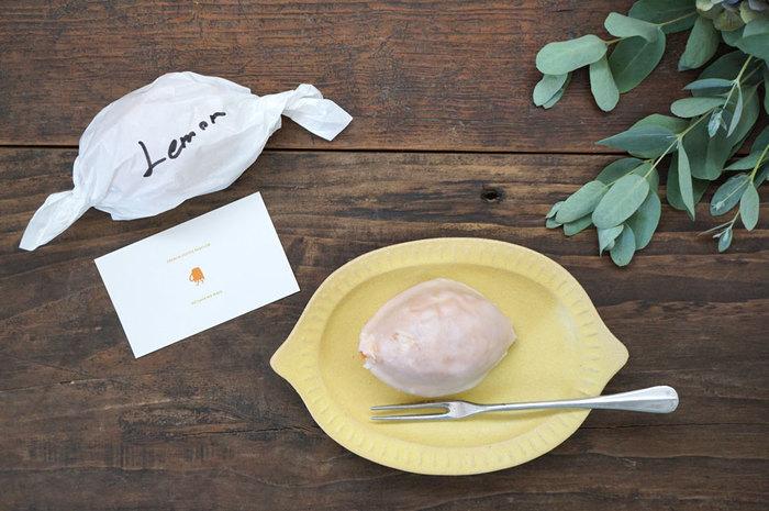 レモンのお皿にレモンケーキを乗せて、レモンづくしなテーブルコーデ。淡い色合いと素材感にあたたかみがあります。ちょっとした前菜を乗せても♪