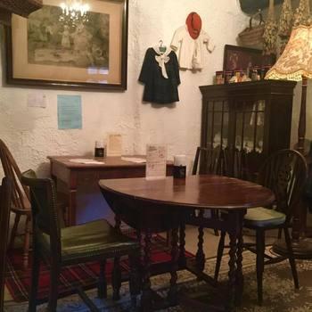 中だってレトロで可愛いんです。 スコーンが似合いそうなカントリーっぽいインテリアがほっこり落ち着きます。 まるでお家です。 椅子もテーブルも可愛らしい。 インテリアの参考にいいですね。