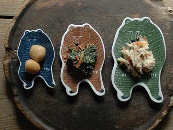 kata kata(カタカタ)印判手皿のクマの形の小皿。惣菜などちょこんと盛るのにおすすめです。なんとも可愛らしい表情で、食卓がにぎやかになること間違いなし!