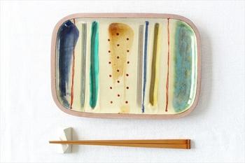 色鮮やかな、長方形のお皿。 和のイメージがありますが、洋菓子をよそっても素敵です。