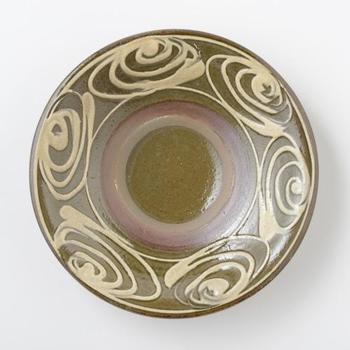 美しい模様のお皿は、目に見えるところに飾っておきたくなります。