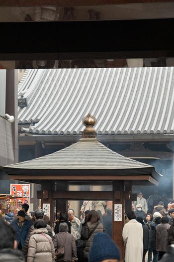 高岩寺は江戸時代に神田湯島にて創建され、明治時代に今の場所に移転してきました。 「とげぬき地蔵」の愛称で親しまれる本尊の地蔵尊は、病気平癒にご利益あるといわれて、毎日多くの参拝者で賑わっています。