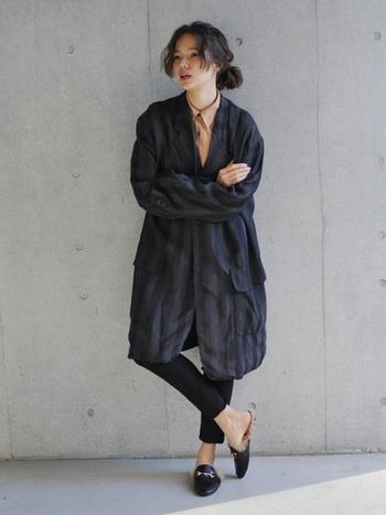 ちょっぴり個性的なコムデギャルソンのテーラードジャケット。メンズライクでクールな印象の一枚ですが、海外のシンプルスタイルを実践している女性がよく身に着けているアイテムです。すでにテーラードジャケットをお持ちの方は、挑戦してみるのも素敵かもしれません。