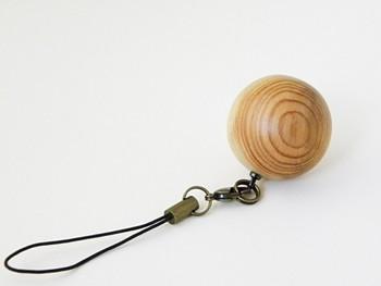 ★「杉のストラップ」・・・一つ一つを木工ロクロで形を削りだしています。透明のミツロウワックス仕上げ。それぞれの木が持つ色や木目がそのままのストラップです。杉の木の良さを味わえるかわいいボウルのカタチ。手に馴染みます。