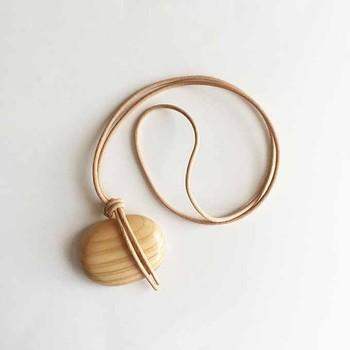 ★ 「しましまんじゅうのネックレス」・・・杉の木を削り出して磨き、革の紐でくくりました。丸みのあるカタチと軽やかな杉の木目が楽しめます。ナチュラル感に心が和みますね。