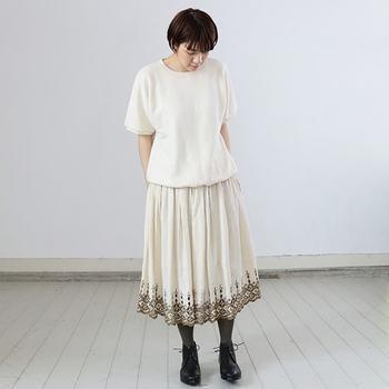 上品な刺繍が施されたレースのスカート。他のワンピースやスカートにインしてポイントにしても素敵です。