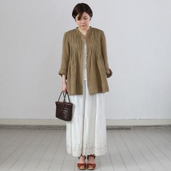 裾にアンティークレースのような刺繍が施されたスカートです。ジャケットやブラウスを羽織って、フェミニンで上品な着こなしを。