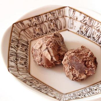 小さめの六角形と模様が縁に描かれた器。同じ色合いのチョコを置いて、上品で落ち着きある食卓にぴったりです。