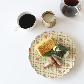 鳥と花が丁寧に描かれた可愛らしい花の形のプレート。簡単な朝食を乗せるだけでも、存在感があり華やかな食卓になります。