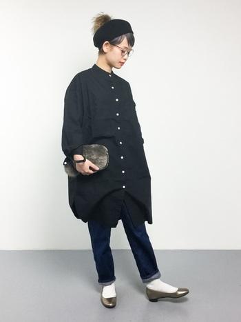 マニッシュな印象のスタンドカラーのロングシャツです。ゆったりとしたビッグシルエットの場合はボトムスをスリム&コンパクトにまとめると◎