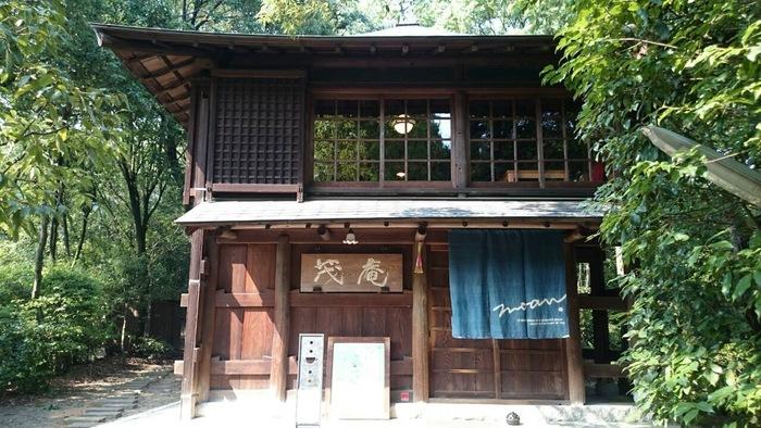 京都・吉田山の山頂にあるこの建物は、大正時代に建造されたもの。 1階は待合室。階段を上ると、窓から美しい景色が一望できる、とっても気持ちの良いカフェになっているんです!