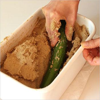 酸に強く、キズや雑菌、においなども付きにくい琺瑯容器は、ぬか漬け作りにぴったり。もちろん常備菜の作り置きや、お米・味噌の保存にも活躍します。