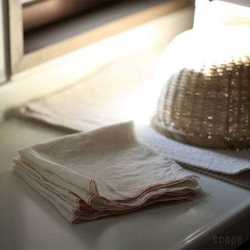 野菜の水気を拭く、出汁を濾す、乾燥防止に濡らしてかぶせる。無漂白の未晒し木綿は、布巾ではなく、調理道具になる便利な布。キッチンペーパーの代わりとして節約にも貢献します。