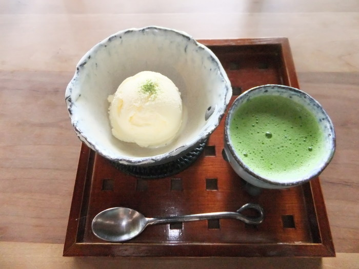 このお店で人気ナンバーワンなのが、ひんやりバニラアイスに、熱い抹茶をかけて頂く、京都らしいスウィーツ。 抹茶の苦味が、甘みと合わさってとっても深い味わいなんです。