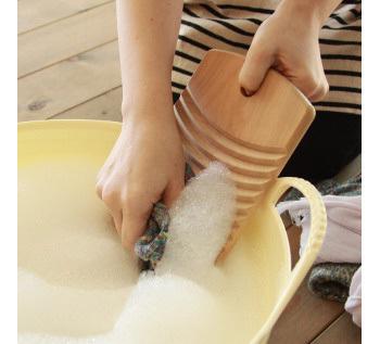 力を入れずに短時間で、頑固な汚れを落とせる洗濯板。手だけでゴシゴシ洗うのに比べ、生地を傷めることもありません