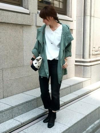 春らしい爽やかなグリーンのモッズコートですね。ビッグシルエットのインナーはボトムスインの着こなしがマストです。2連のネックレスと髪飾りでフェミニンな印象に。