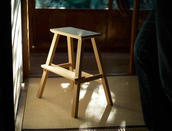 踏み台の出番は、高い所のモノを取る時だけではありません。玄関先に置いてスツール代わりにしたり、花台にしたり。何かと使い勝手のいい暮らしの道具です。
