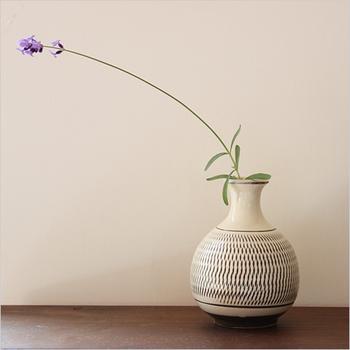 和の一輪挿しは、陶器や竹など落ち着きのある花器が多く、意外と洋花ともよく合います。玄関やリビングにそっと風情をもたらしてくれます。