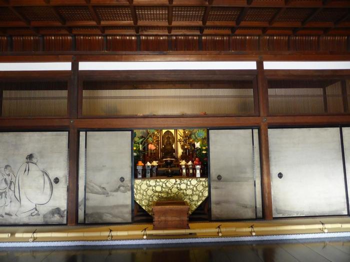 【方丈の襖絵は、安土桃山から江戸期にかけて活躍した絵師・海北友松(かいほうゆうしょう)筆の『竹林七賢図』(複製/本物は京博に寄託)。】