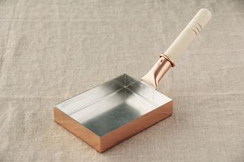 先ほどお鍋をご紹介した「中村銅器製作所」の卵焼き器。持ち手の角度がやや大きくついているのが特徴的。油が馴染みやすく、使い込むほどさらに使い易くなるそう。お手入れもそう難しくないので、一生大切にしたい逸品。