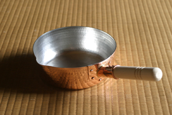 浅めで口の広い行平鍋は、茹で料理などの使い勝手が抜群。銅イオンの効果で、茹で野菜が色鮮やかに仕上がるという効果も。取手は木製で、古くなったら取り替えが可能です。