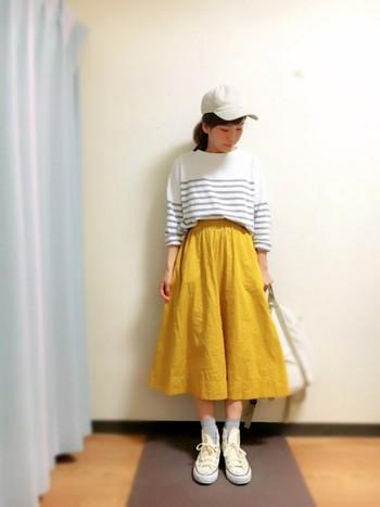 イエローのスカートがとっても華やか!シンプルなボーダーTシャツだと、鮮やかな色でも合わせやすくておしゃれに決まります。