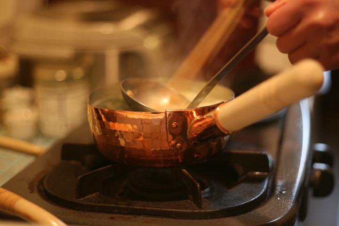 東京都足立区で、親子4代にわたってものづくりを続ける「中村銅器製作所」。熱伝導にすぐれ、保温性の高い銅鍋は、シチューなどの煮込み料理や、たっぷりのお湯を沸かしての茹で料理に最適です。