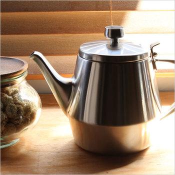 まるでホテルのサロンのティータイムに出されたかのようなシンプルだけど洗礼されたデザインは、どこに置いてもオシャレ。コーヒー・紅茶だけでなく、日本茶や中国茶を淹れても、違和感が全くない万能ポットです。