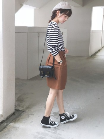 普段着のボーダーTをよそ行きアイテムに。ベレー帽とタイトスカートでデートにもOKなスタイルに変身です。