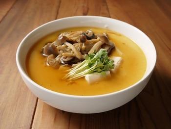 熱々をゆっくり食べる茶碗蒸しは、低カロリーでも満足感を得られるおかず。豆腐やキノコをプラスすれば、よりヘルシーになります。どんぶりで大きめに作って、フライパンでじっくり蒸し上げましょう。