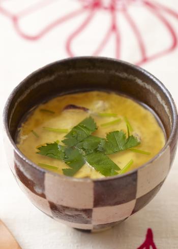 豆乳を加えて作る、ちょっと変わった茶碗蒸しのレシピです。普通の茶碗蒸しの滑らかさはそのまま、とってもクリーミーに仕上がります。具材が少なくても満足度アップ!