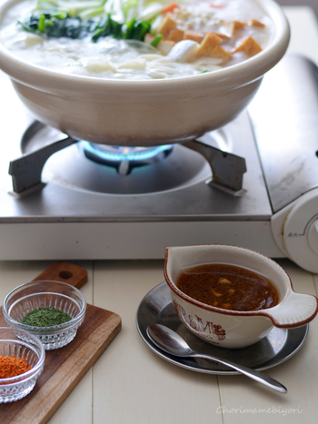 お肉系の鍋にナンプラーをきかせたマイルドなエスニックだれはいかがでしょうか?エスニックな香りと味がお鍋を違う角度から楽しめること間違いなし。お好みで香草やペッパーを加えて…。