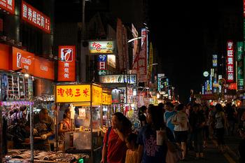 美麗駅11番出口からは、六合夜市にアクセスできます。訪れる外国人も多いので夜市初心者さんにはおすすめ。スケールの大きな夜市です。  【六合夜市】 Liuhe 2nd Rd, Xinxing District, Kaohsiung City, 台湾 800