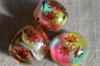 秋の色を閉じ込めたとんぼ玉。 こんな季節感あふれるとんぼ玉を四季折々に作ることができたら素敵ですよね。