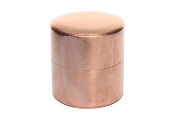 丸缶の素材は銅・ブリキ・真鍮と三種類あります。銅の丸缶はSSと小の2種類。