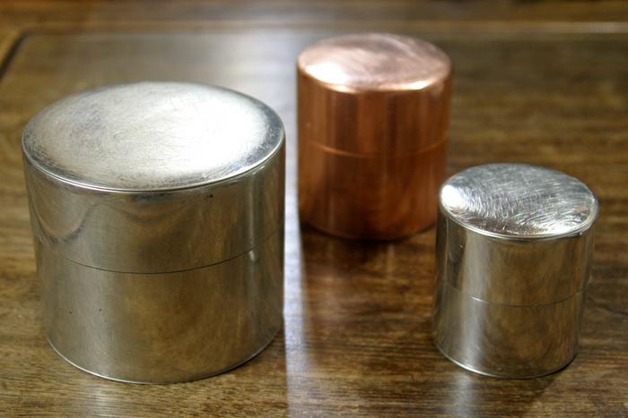 職人が手作業で一点一点はんだづけを行っている丸缶。ssサイズは口径が小さいため、作ることのできる限界サイズなんです。緑茶・紅茶・中国茶・コーヒーなどお好きなものを入れてください。