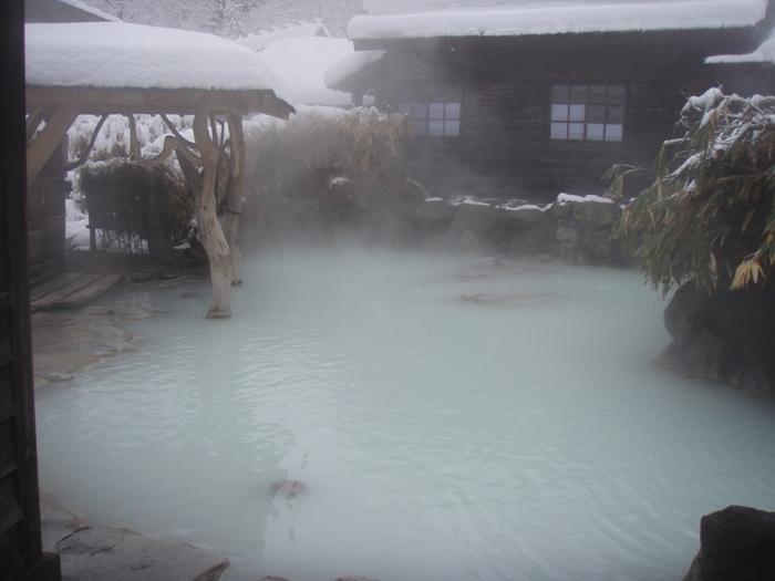 分厚い雪に囲まれながら、熱~いお湯に浸かる雪見露天♪ 至福のひと時です。