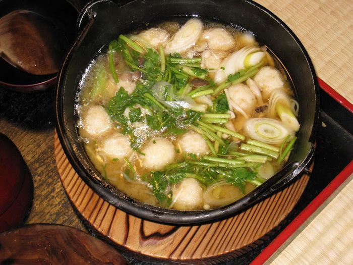 お湯に浸かった後は、ホッとする味わいの郷土料理をたっぷりいただいてくださいね! こちらは郷土料理の山芋鍋です。