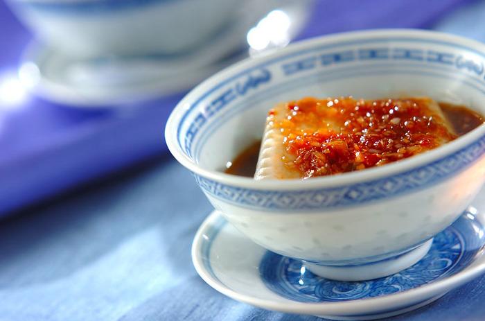 鍋で一度、煮立てるタレです。黒酢とごま油をベースにネギやザーサイなどをプラスして。いつもの和風味がチャイニーズ風味に。