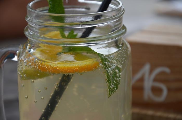 水の代わりに、甘みのないソーダで割るとレモンスカッシュになります。 メイソンジャーにたっぷり注いで、ミントの葉を浮かべればオシャレなカフェ風に♪