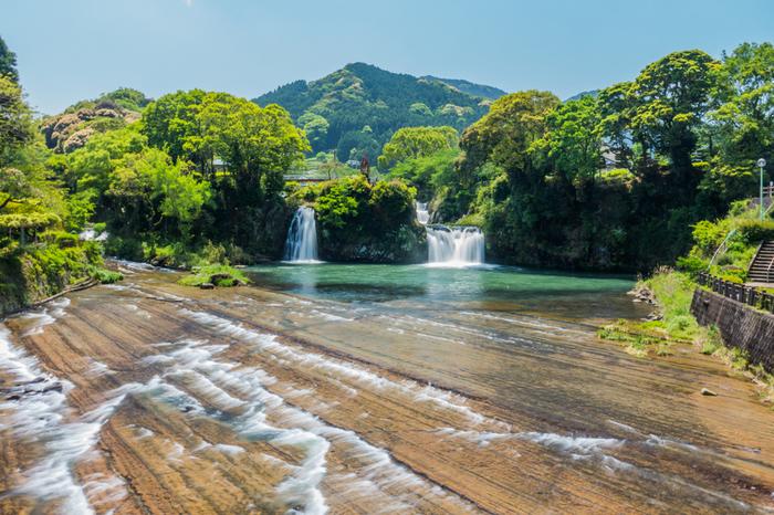 何よりオススメしたいのはこの滝壺から続く千畳敷のような川床の景色。溶岩が冷えて固まった堆積岩で出来ていて、何万年もかけて水に削られ、このような眺めになったのだとか。岩の上を滑るような水の流れを眺めていると、時間が経つのも忘れてしまいますよ。