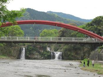"""下流にかかる""""滝見橋""""からは平坦地では珍しい落差11mの滝と、三段滝を一度に眺められるベストビューポイント。桜の季節にはお花見もできます。"""