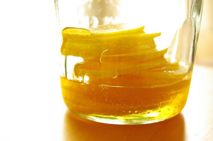 自家製レモンシロップは、煮沸消毒やアルコール消毒した瓶にスライスしたレモンと同量の砂糖を交互に入れて、一晩以上寝かせて作ります。砂糖の代わりにハチミツを入れても◎
