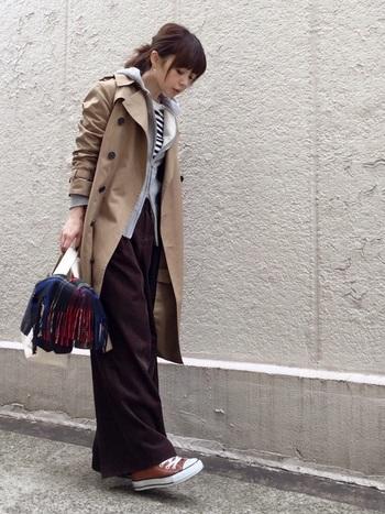 トレンチコートとパーカーの組み合わせも人気です。カジュアルをスタイリッシュに着こなしたい時にぴったり。