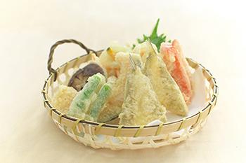 衣からのぞく野菜やお魚がとってもきれい! 思わず食欲がそそられます。 グルテンフリー粉なら、卵を使わず粉とお水だけで、 自宅で簡単に美味しい天ぷらが作れてとっても健康的! 定番の具材だけでなく、たまには変り種も・・・。 いろいろ挑戦できますね♪