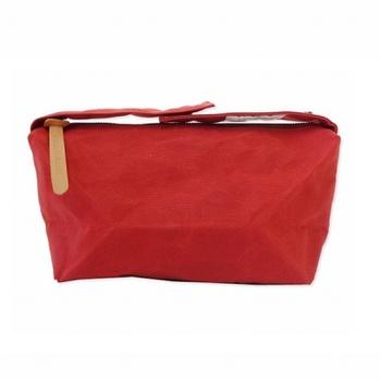 コロンとした形が可愛らしいミニバッグ「プランプ」。ファスナーでしっかりと閉められるので、お弁当を入れたり貴重品を入れて、さっと出して持ち歩くのにも便利です。
