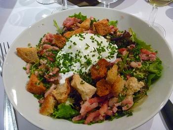 """リヨネーズとはフランス語で""""リヨンの""""という意味で、フランス東部、食の都リヨンの名物サラダです。リヨンといえば食肉加工品が名産で、このリヨン風サラダにもラルドン(豚バラ肉の塩漬けを茹でたもの)がたくさん入っているのが特徴ですが、日本ではブロックベーコンで代用できます。"""