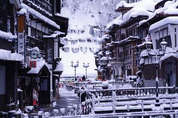 雪が降り積もった白銀の温泉街も浪漫たっぷり♪