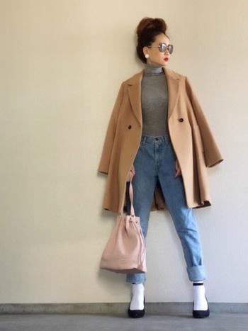 ベビーピンクのバッグが季節を感じさせるアクセントに。春らしい洋服がないという方は、まずは手軽な小物から取り入れてみては?